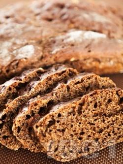 Руски домашен черен хляб от ръжено и пълнозърнесто брашно, овесени ядки, меласа, какао, кимион и инстантно кафе - снимка на рецептата
